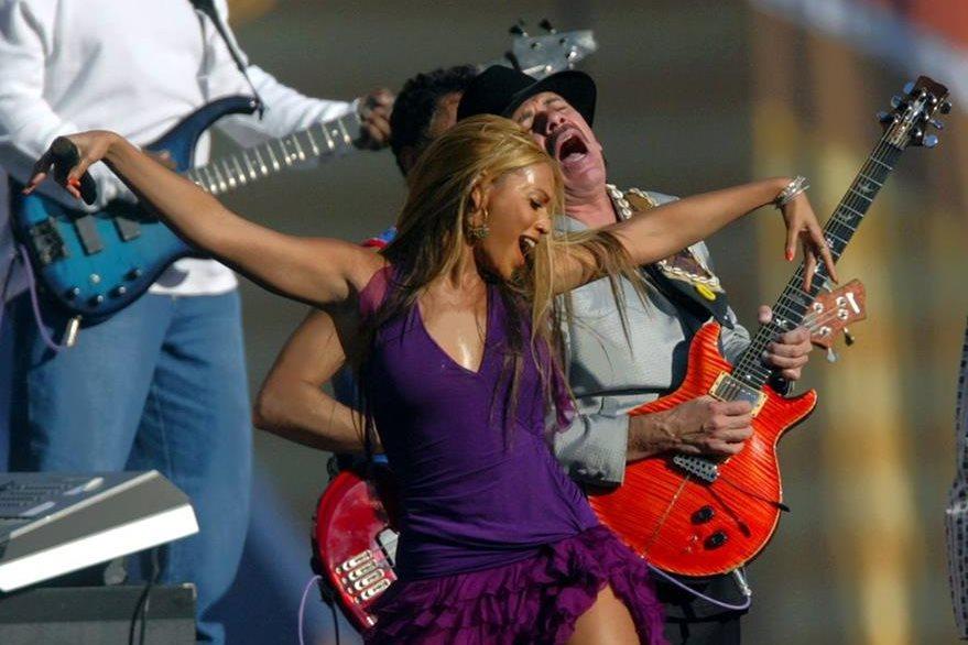 Beyonce y Carlos Santana, en una actuación conjunta en el Super Bowl del 2003.