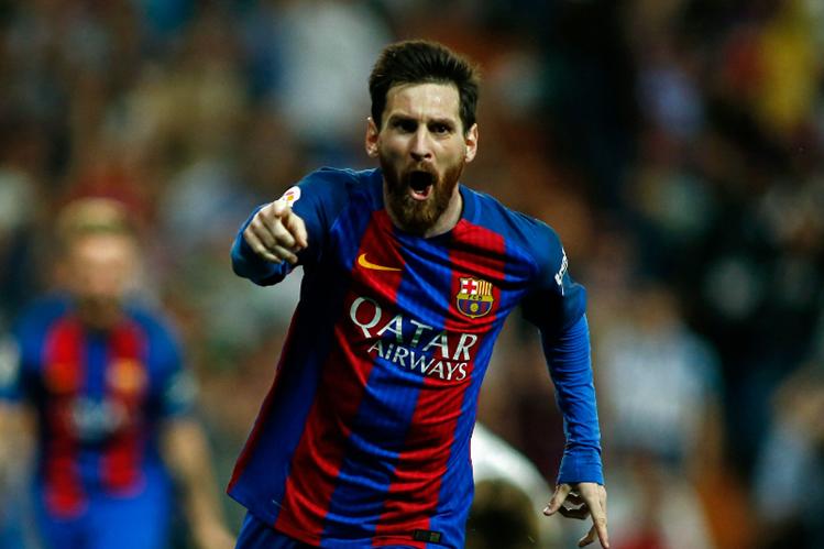 Lionel Messi está feliz por el doblete anotado en el estadio Bernabéu contra el Real Madrid. (Foto Prensa Libre: AFP)