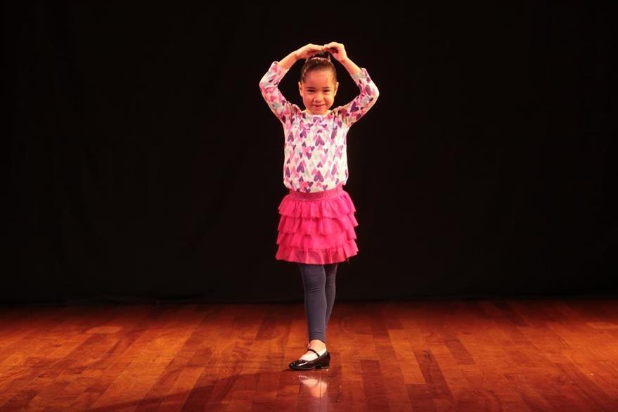 Gabriela Marroquín pinta y baila.
