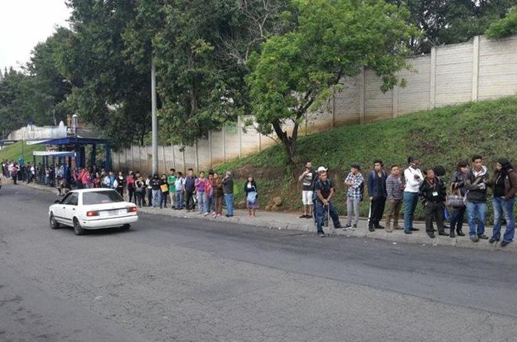 Largas filas de personas se vieron en las paradas del Transurbano, empresa que paralizó sus servicios hoy.