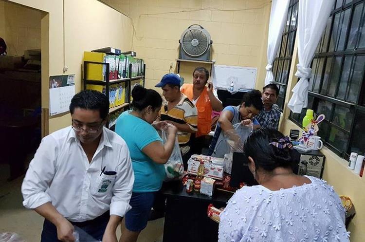 Trabajadores municipales entregan víveres a los damnificados. (Foto Prensa Libre: Eduardo Sam Chun)