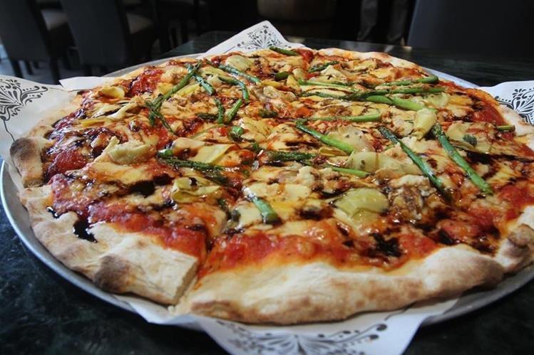 La pizza es un plato de origen italiano que está pensado para comer de paso y con la mano. (Foto Prensa Libre: Anna Lucía Ibarra).
