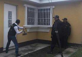 En una de las colonias en el municipio de Pastores, Sacatepéquez, se continuaron éste sábado los allanamientos por la PNC. (Foto, Prensa Libre: Facebook de PNC Guatemala)