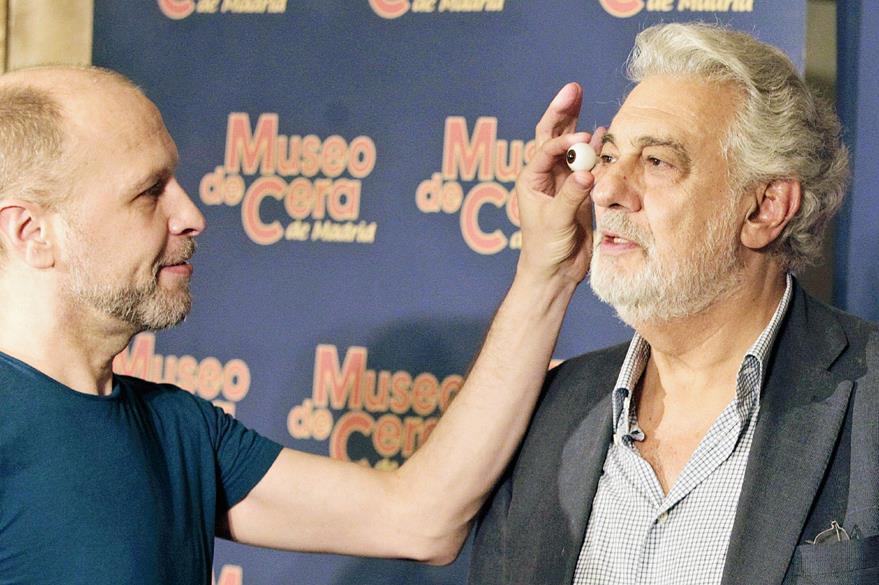 Como parte de las medidas que se tomaron al artista, también se revisó la forma y color de sus ojos. (Foto Prensa Libre: EFE)