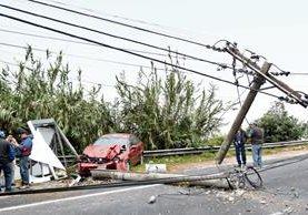 Un automóvil chocó contra un poste en el kilómetro 11 de la ruta a El Salvador. (Foto Prensa Libre: Erick Ávila)