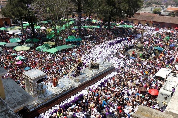 Miles de personas observan la salida del cortejo procesional de Jesús de la Merced en su recorrido de la Reseña. (Foto Prensa Libre: Renato Melgar)