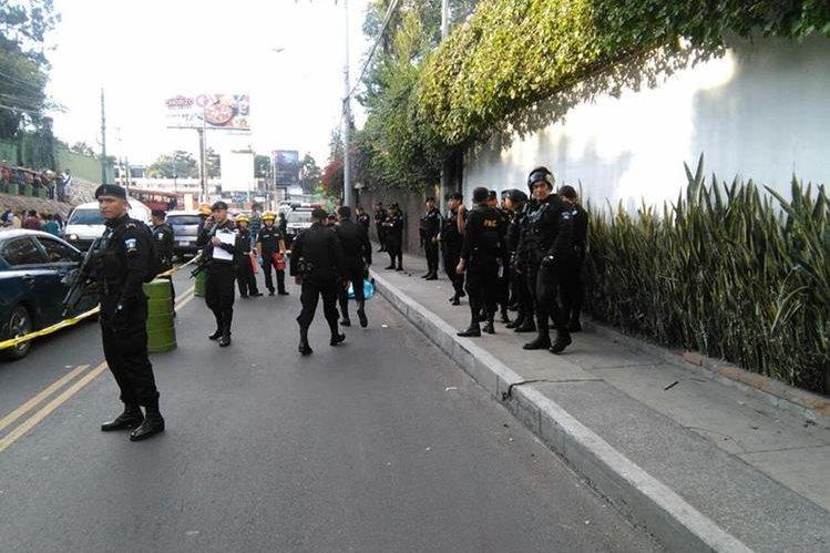 Enfrentamiento entre policías y supuestos sicarios deja dos personas muertas en zona 10. (Foto Prensa Libre: Estuardo Paredes)