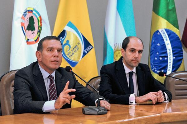 El paraguayo Juan Angel Napout (izquierda), presidente de la Federación de Futbol de Paraguay, aseguró que respaldarán al suizo Joseph Blatter. (Foto Prensa Libre: AFP)