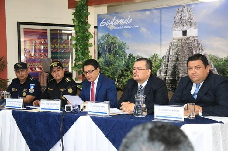 Autoridades del Inguat y PNC brindan detalles sobre el plan operativo para este 2018. (Foto Prensa Libre: Cortesía Inguat)