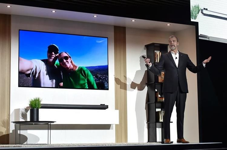 David VanderWall, vicepresidente de LG Electronics, introduce un nuevo televisor OLED con AI Signature (Foto Prensa Libre: AFP).