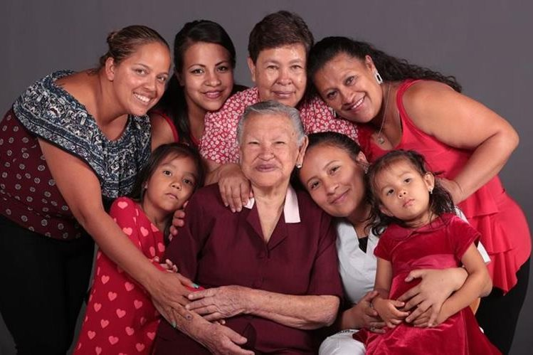 Tatarabuela, bisabuela, abuela, hija y nieta de la familia Hernández Cornejo. (Foto Prensa Libre: Carlos Hernández)