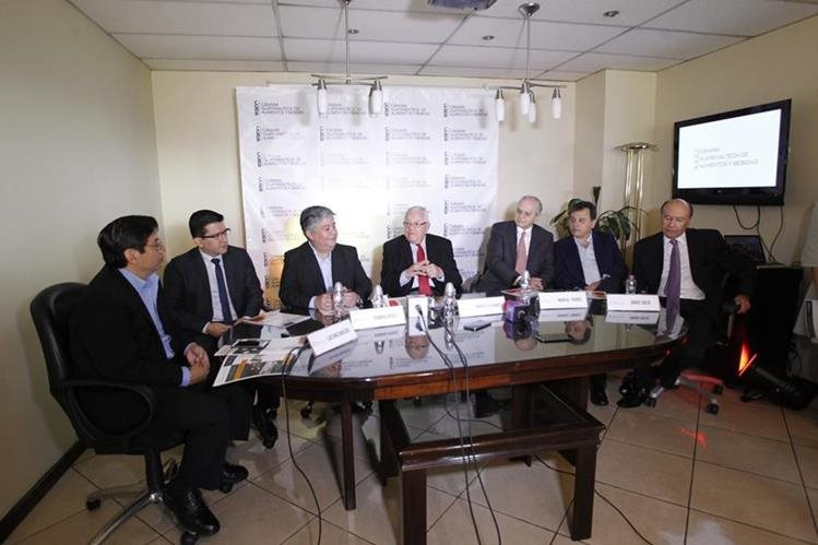 Luis Mazariegos, Ramiro PŽérez, Roberto Herrarte, Manuel Torres y Jorge Solís de la Cámara guatemalteca de Alimentos y Bebidas (CGAB).(Foto Prensa Libre: Carlos Hernández)