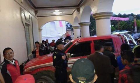 Agentes policiales resguardan vehículo ubicado en las gradas de la Municipalidad de San Pedro Carchá. (Foto Prensa Libre: Facebook)