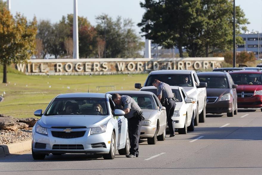 La Policía efectúa un operativo en los ingresos al aeropuerto de Oklahoma, EE. UU. (Foto Prensa Libre: AP).