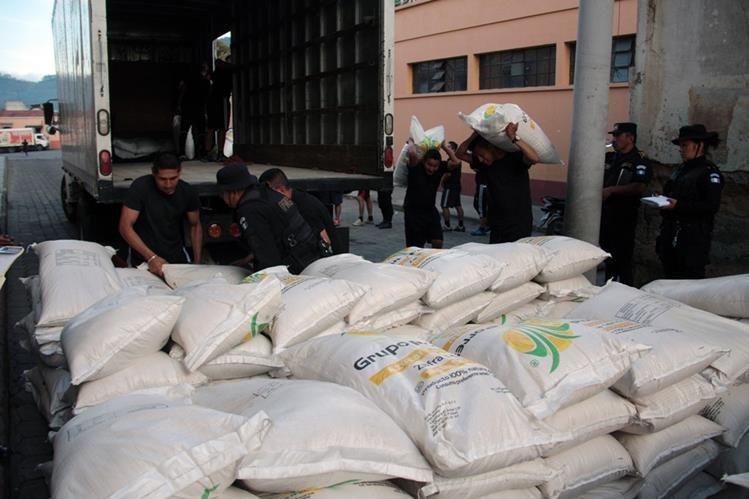 Autoridades decomisan 250 quintales de azúcar de contrabando, en La Esperanza, Quetzaltenango. (Foto Prensa Libre: Carlos Ventura)