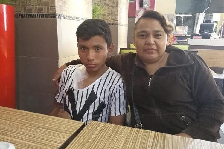Luis Enrique Arriola Morales y su madre Heidy Morales tienen fe de salir de esta difícil situación. (Foto Prensa Libre: Oscar Fernando García).