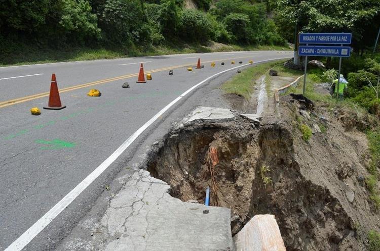 Debido a las fuertes lluvias se registró un hundimiento en el km 158 de la ruta que va de Chiquimula hacia Zacapa.  (Foto Prensa Libre: Mario Morales)