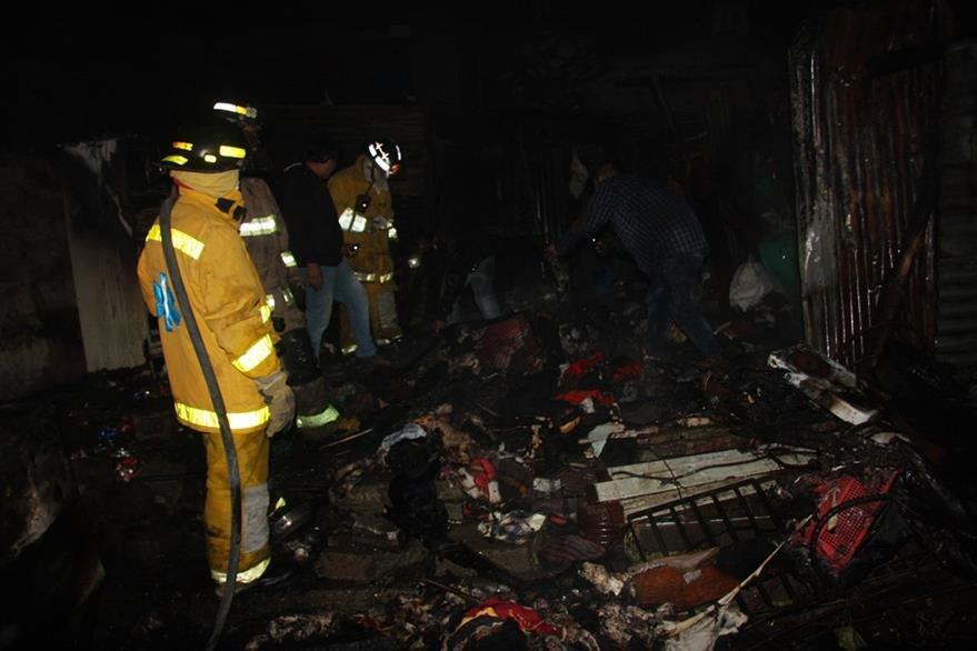 Familia afectada perdió sus pertenecías a causa del siniestro en Jocotenango. (Foto Prensa Libre: Renato Melgar).
