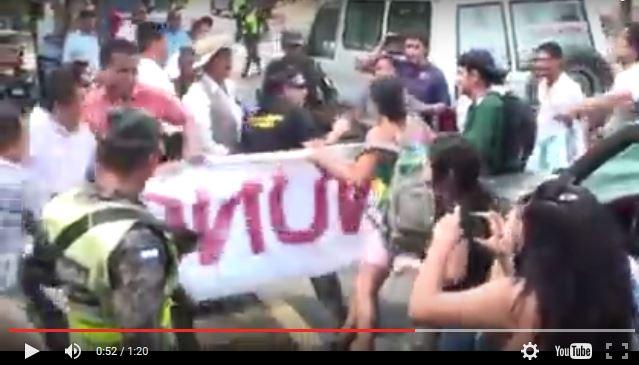 Estudiantes se enfrentan a agentes de seguridad.