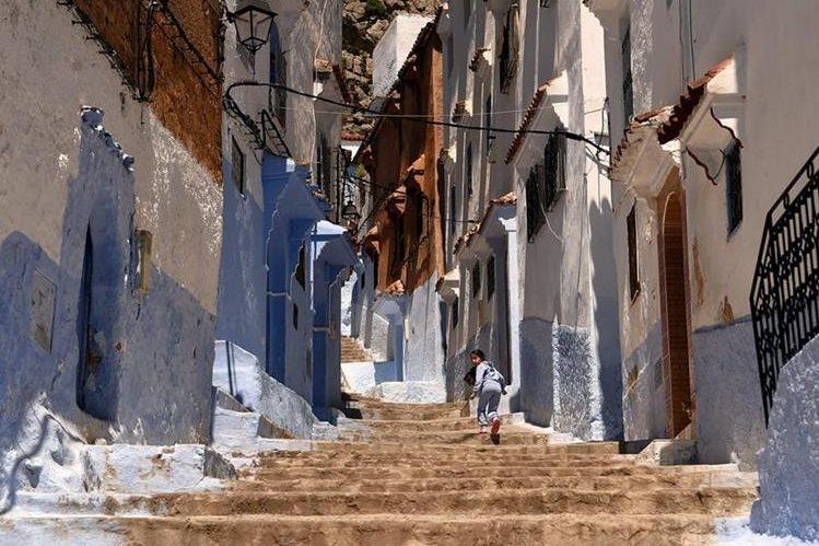 (Imagen de referencia). Una niña marroquí corre por las calles de Chefchaouen, en el noroeste de Marruecos. (Foto Prensa Libre: AFP).