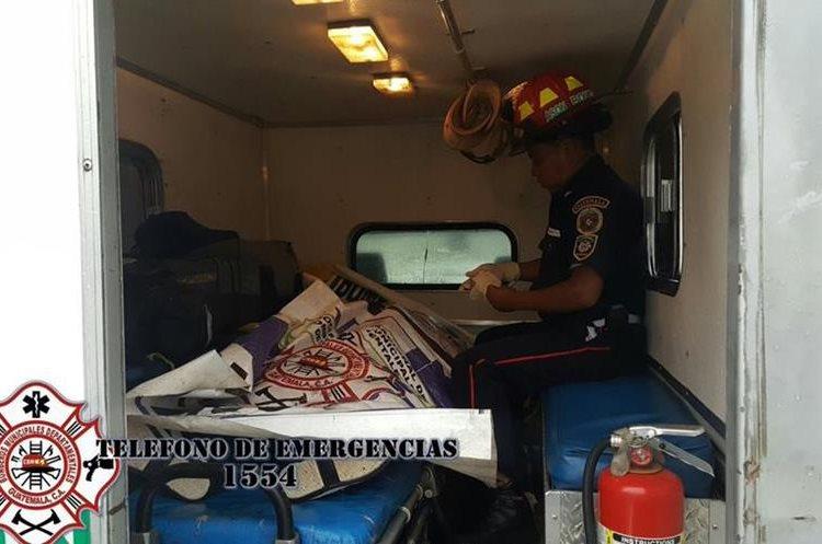 Persona murió en trayecto a hospital tras ser baleada en la zona 3 de Santiago Sacatepéquez. (Foto Prensa Libre: CBMD)