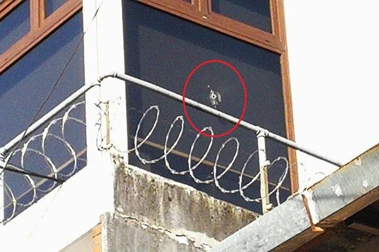 Disparo en la ventana de la oficina del alcalde de Mixco. (Foto Prensa Libre: Estuardo Paredes).