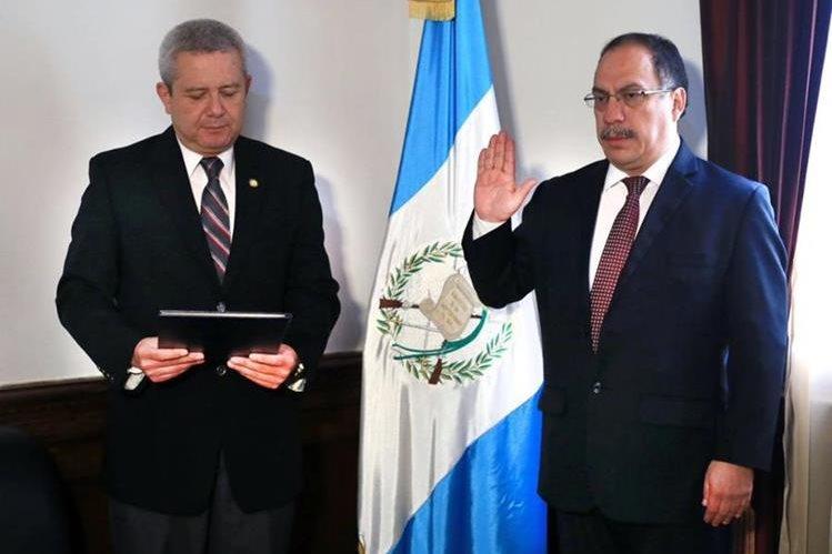 Mario Hugo Miranda – derecha- durante su juramentación. Lo juramenta Carlos Martínez, secretario de la Secretaría General de la Presidencia. (Foto Prensa Libre: Presidencia).