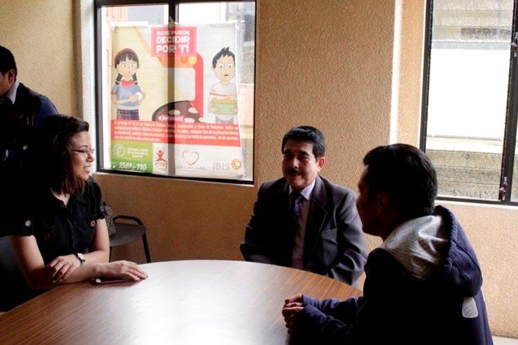 Activistas de Vos piden a fiscal distrital de Quetzaltenango que avance investigación en caso de atentado. (Foto Prensa Libre: José María Longo)