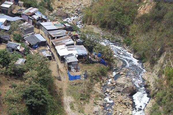Asentamiento a orillas de río de aguas servidas, en la periferia capitalina de Guatemala. (Foto: Hemeroteca PL)
