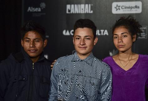 El actor mexicano Rodolfo Dominguez junto a los actores guatemaltecos Brandon López y Karen Martínez protagonizan La jaula de oro (Foto Prensa Libre: AFP)