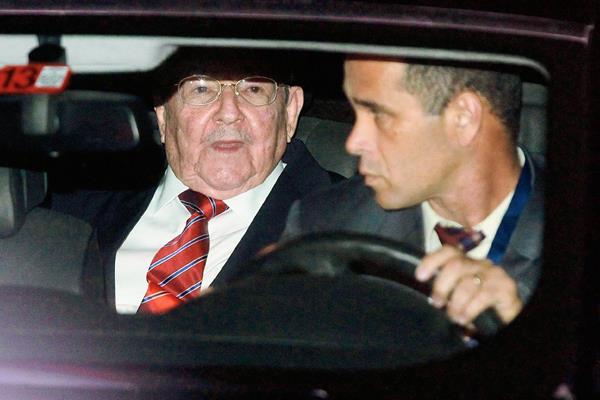 El presidente de Cuba, Raúl Castro, llega a Panamá para su participación en la Cumbre  de las Américas. (Foto Prensa Libre:EFE)