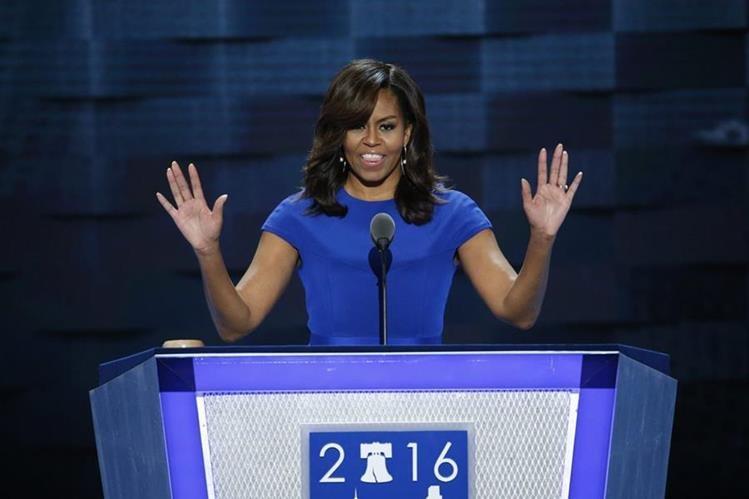 """Michelle Obama respaldó la noche del lunes a Hillary Clinton, a quien calificó de la """"única"""" para ocupar la presidencia de EE. UU. (Foto Prensa Libre: EFE)."""