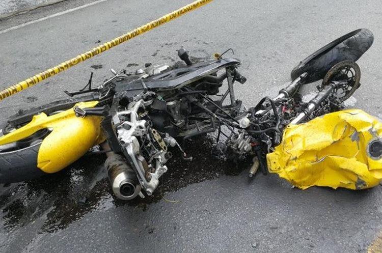Estado de la motocicleta tras el impacto. (Foto Prensa Libre: Érick Ávila)
