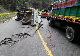 En el picop accidentado en la ruta Interamericana viajaban más de 12 personas. (Foto Prensa Libre: Óscar Figueroa)