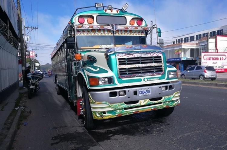 El bus que supuestamente habría causado la tragedia, fue detenido en otra punto de la ciudad. (Foto Prensa Libre: Érick Ávila)