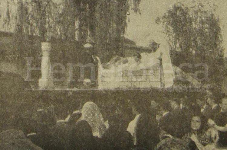 A pesar de la tensión, las procesiones se realizaron con todo esplendor, en la foto, la procesión del Santo Entierro de La Recolección, muestra como novedad al Cristo de la Penitencia sin su urna. Viernes Santo 29 de marzo de 1956. (Foto: Hemeroteca PL)