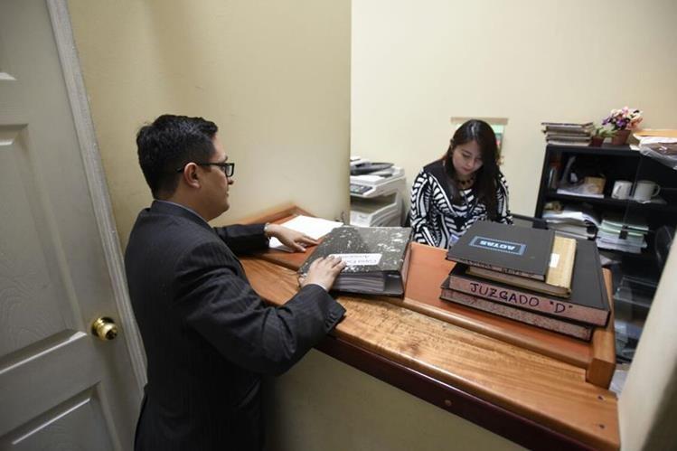 El fiscal Francisco Sandoval enrega la acusación en el Juzgado de Mayor Riesgo B. (Foto Prensa Libre: Paulo Raquec)