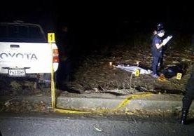 Peritos del MP recogen evidencias en el lugar en el que fueron atropelladas las menores. (Foto Prensa Libre: Óscar González)