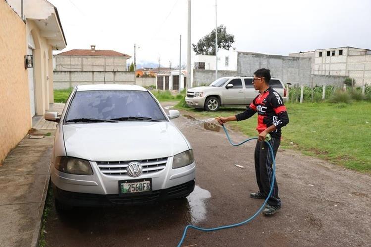 Autoridades hacen un llamado para racionar el uso del agua. (Foto Prensa Libre: María José Longo)