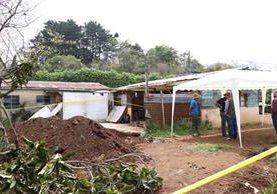 Por segundo día consecutivo las autoridades han localizado restos humanos en la vivienda. (Foto Prensa Libre: Renato Melgar)