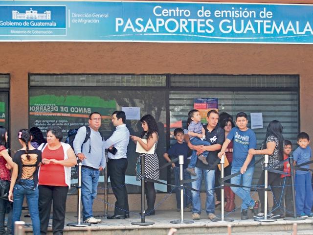 En centros de emisión, Migración entrega un promedio de mil 500 pasaportes todos los días. Se necesita documento de identificación, boleto de ornato y pago en el banco.