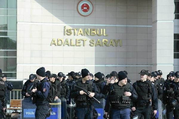 El incidente más grave ocurrió el martes de esta semana cuando extremistas secuestraron a un fiscl turco en la sede del Palacio de Justicia. (Foto Prensa Libre: EFE).