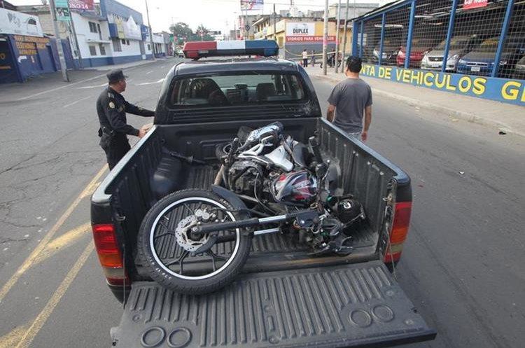 Policía consigna motocicleta involucrada en el accidente. (Foto Prensa Libre: Érick Ávila)