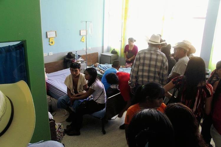 Familiares de hombres que fallecieron en Hospital Nacional de la cabecera de Jalapa. (Foto Prensa Libre: Hugo Oliva)