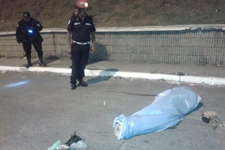 Bomberos Municipales observan el cuerpo de un hombre en la colonia La Reformita. (Foto Prensa Libre: CBM)