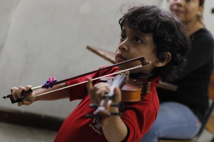 Pablo González es uno de los alumnos de menor edad en el Conservatorio. Él aprende a tocar el violín. (Foto Prensa Libre: Paulo Raquec)