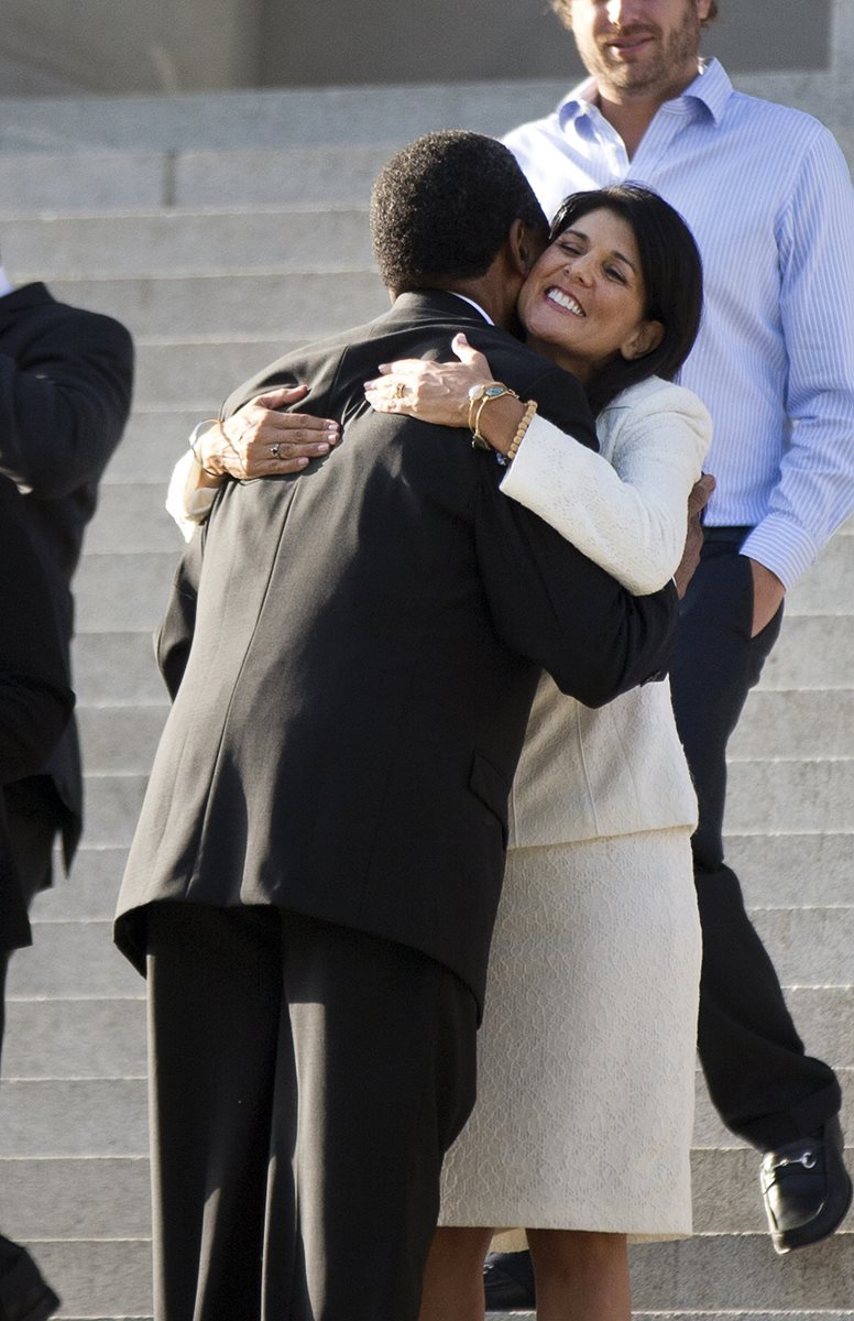 La gobernadora de Carolina del Sur es felicitada por personas de color. (Foto Prensa Libre: AP).