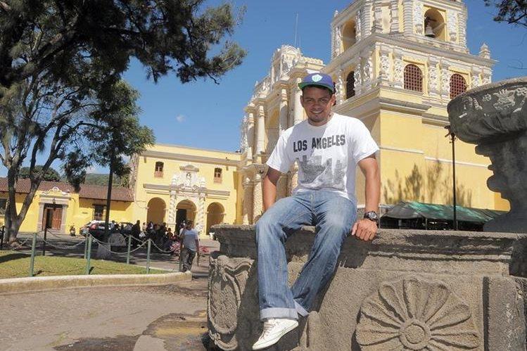 El jugador Edgar Chinchilla en el parque de la Merced en Antigua Guatemala. (Foto Prensa Libre: Carlos Vicente)