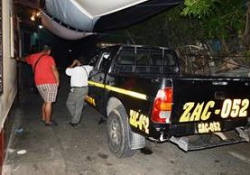 Agentes de la PNC resguardan la escena del crimen, en la cabecera de Zacapa. (Foto Prensa Libre: Víctor Gómez)