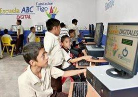 Estudiantes de la Escuela Segunda Lotificación, en Santa Elena, se benefician con un aula virtual donada por Fundación Tigo.
